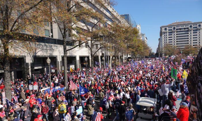 Сторонники Дональда Трампа во время митинга «Остановить кражу» в Вашингтоне 14 ноября 2020 года
