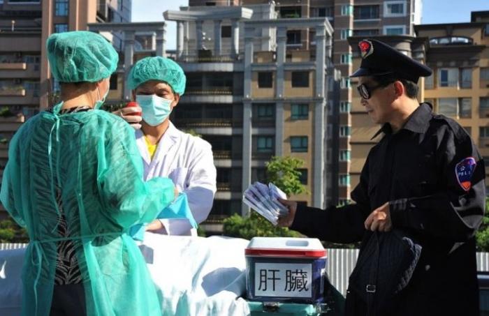 Практикующие Фалуньгун демонстрируют сцену извлечения человеческих органов для продажи в Тайбэе 20 июля 2014 года