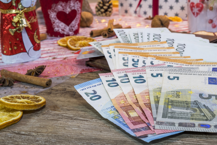 Сын принёс маме конверт с деньгами, который оставил незнакомый даритель. Маленькое чудо под Рождество