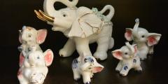 64 маленьких слоника обнаружили утром у своих дверей горожане. Оказалось, за этим стоит трогательная история