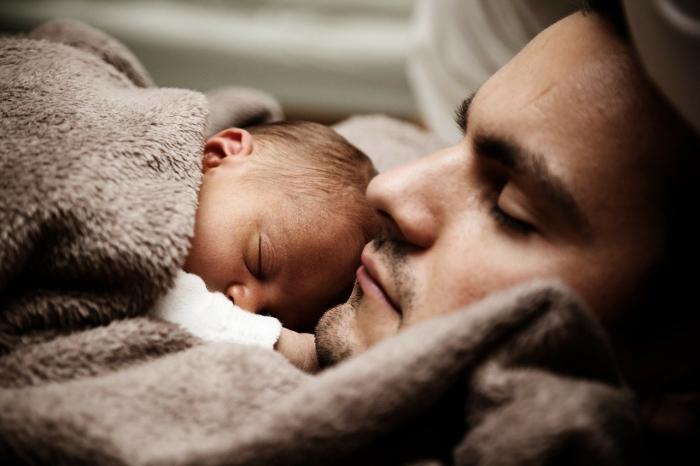 Отец с младенцем