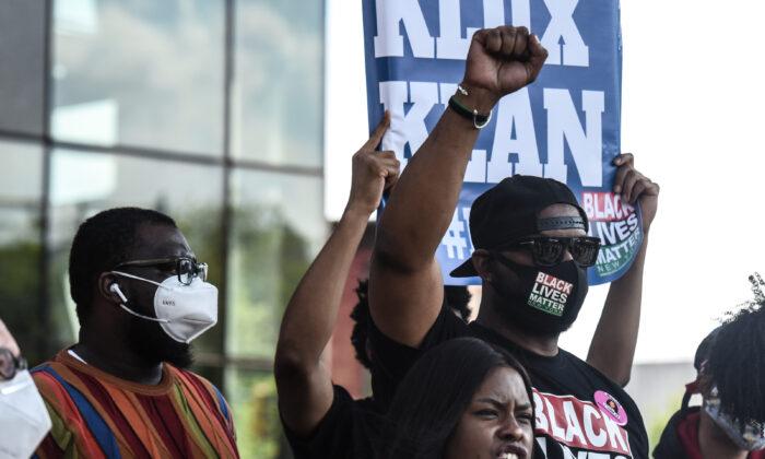Хок Ньюсом (справа), лидер движения Black Lives Matter, на митинге в Нью-Йорке, 15 мая 2020 года
