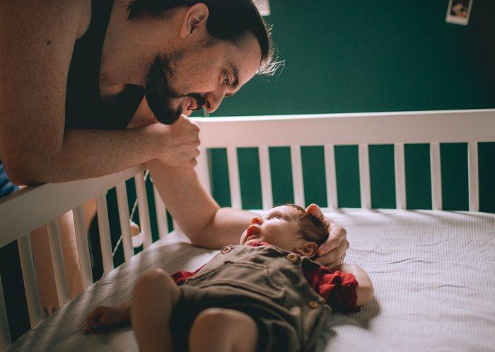 Двухлетний энергичный малыш научился выбираться из кроватки. Папа в отчаянии!