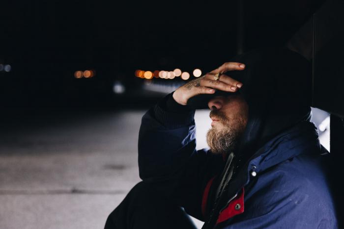 Приятель бездомного подначивал воспользоваться найденными кредитками, но тот отказался. И правильно сделал!