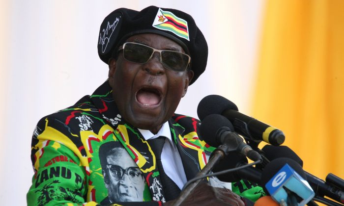 Бывший президент Зимбабве Роберт Мугабе выступает с речью в Булавайо, Зимбабве. 4 ноября 2017 года