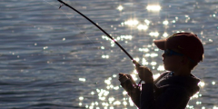 9-летний внук вытащил дедушку из ледяной реки, когда у того случился инсульт