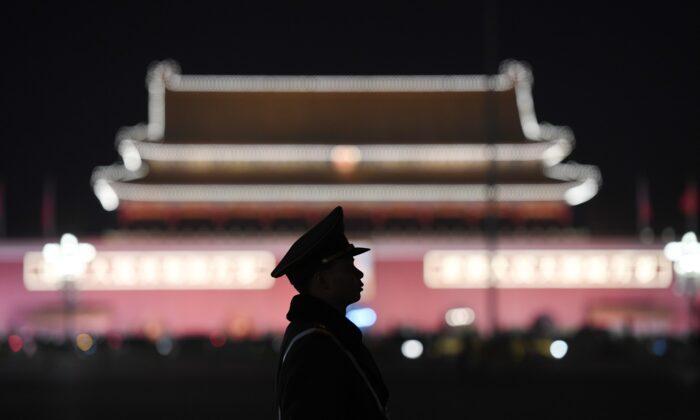 Военизированный милиционер стоит на страже на площади Тяньаньмэнь в Пекине, Китай, 11 марта 2018 года