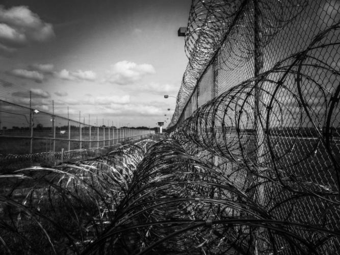 Проволока на заборе тюрьмы