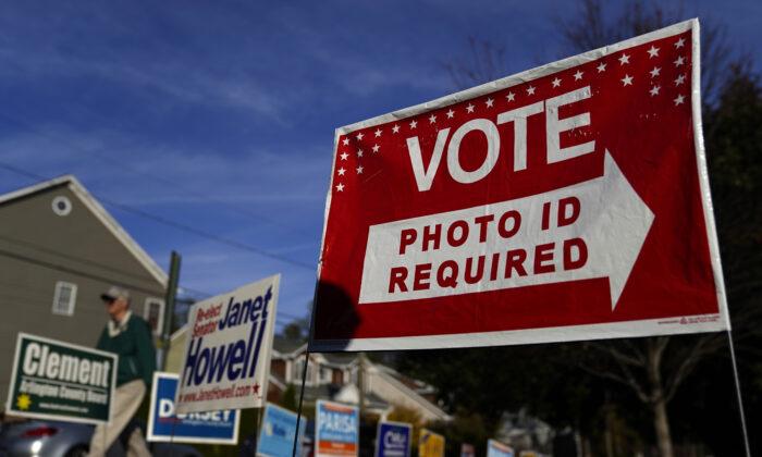 Избиратели Вирджинии направляются на избирательные участки в начальной школе Ноттингема в Арлингтоне, штат Вирджиния, 5 ноября 2019 года