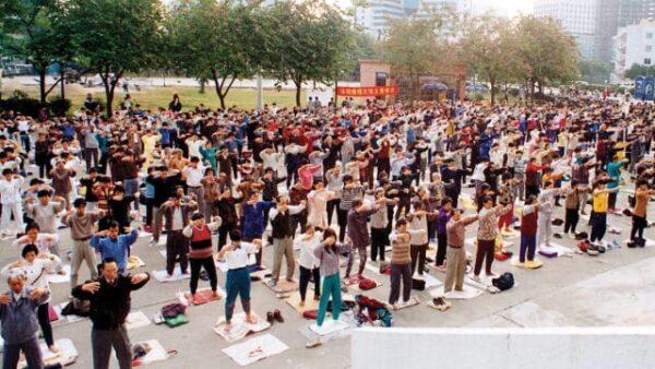 Практикующие Фалуньгун делают упражнения в парке в Пекине, 1998 год.