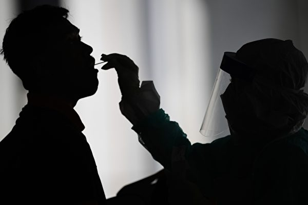 Шелушение кожи, опухший язык, отёки рук и ног. Выявлены новые симптомы вируса COVID-19