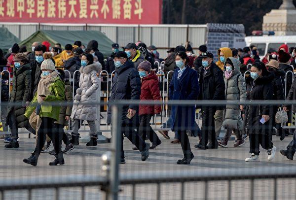 Люди выстраиваются в очередь, чтобы пройти тестирование на коронавирус COVID-19 в Пекине 23 января 2021 года