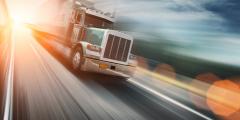 Обезумевший мужчина бежал по ночному шоссе навстречу дальнобойщику. Оказалось, в аварии пропала его 2-летняя дочь