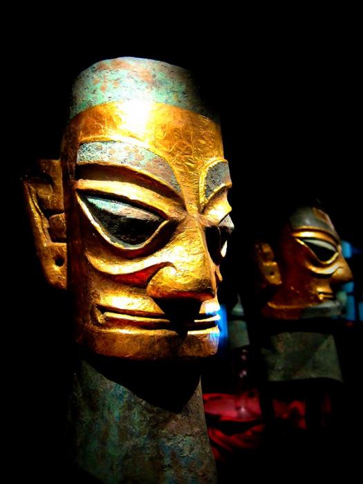 Бронзовая голова в маске из золотой фольги.