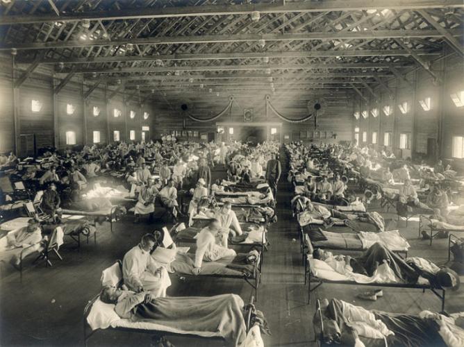 Солдаты, которые заболели «испанкой», лежат в больничной палате лагеря Кэмп-Фанстон, Форт-Райли, штат Канзас