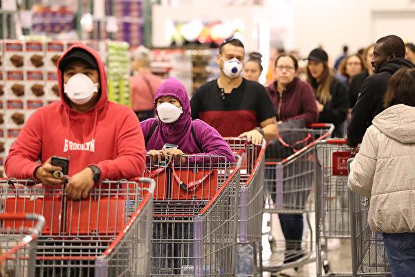 Покупатели выстраиваются в очередь в супермаркете Costco в Перте, Австралия, 19 марта 2020 года