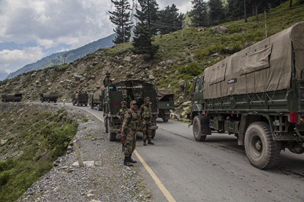 Колонна индийской армии с подкреплением и припасами едет в сторону Леха, по шоссе на границе с Китаем, Гагангир, Индия, 2 сентября 2020 года