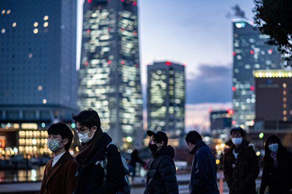 Пешеходы идут по улице в Иокогаме, 16 декабря 2020 года