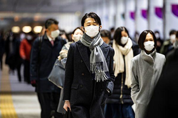 Люди идут через станцию Синдзюку в утренний час пик в Токио, 4 января 2021 года