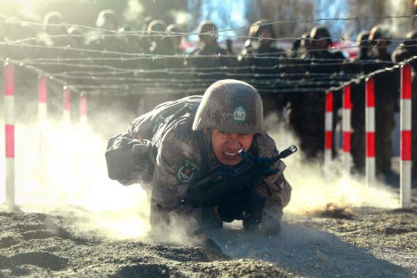Солдат Народно-освободительной армии Китая (НОАК) участвует в военных учениях в горах Памира в Кашгаре, регион Синьцзян на северо-западе Китая, 4 января 2021 года