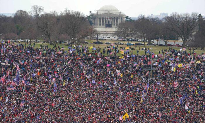 Протестующие проводят демонстрацию на Национальной аллее в Вашингтоне, 6 января 2021 года