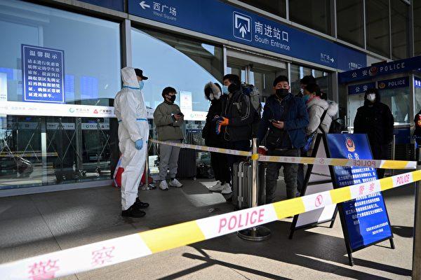 Пассажиры, которых останавливают у входа на железнодорожный вокзал, поскольку город перекрывает внешнее транспортное сообщение и запрещает выезд жителей из-за вспышки коронавируса COVID-19, Шицзячжуан, провинция Хэбэй, Китай, 7 января 2021 года
