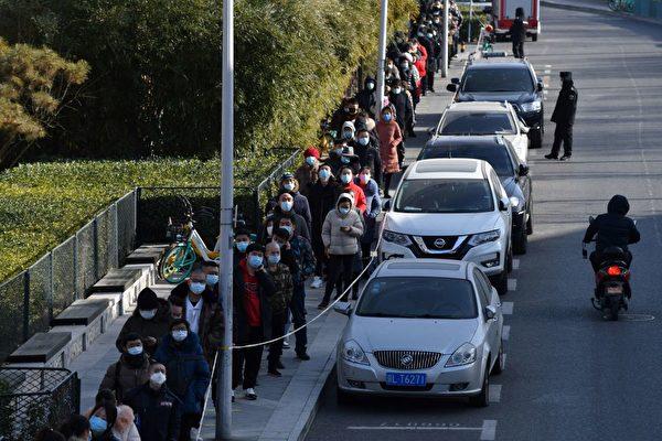 Жители выстраиваются в очередь для проверки на коронавирус COVID-19 после новых случаев заражения вирусом в провинции, окружающей Пекин. Пекин, 11 января 2021 года