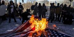 «Мы неуправляемы». «Антифа» учинила новые беспорядки в США и разгромилаштаб-квартиру Демократической партии