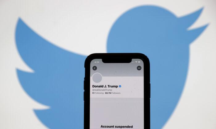 Заблокированный аккаунт президента США Дональда Трампа в «Твиттере» на экране iPhone в Сан-Ансельмо, Калифорния, 8 января 2021 года