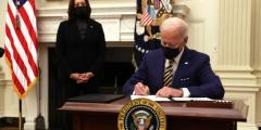 «Чертовски хороший способ начать президентство». СМИ и законодатели осуждают Байдена за злоупотребление властью