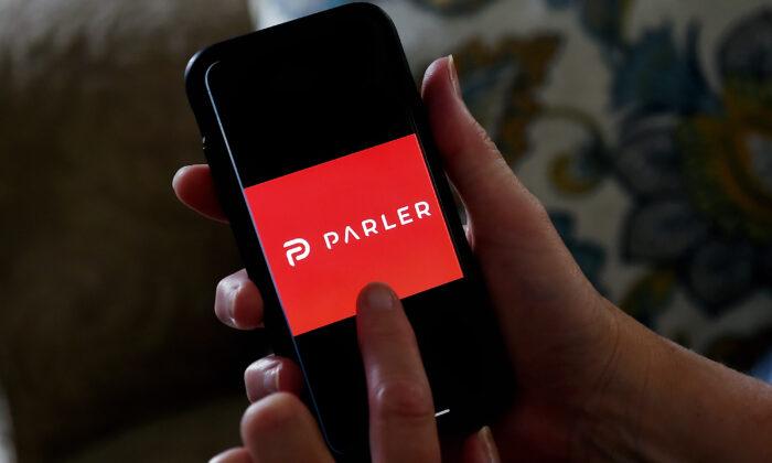 Логотип приложения для социальных сетей Parler отображён на смартфоне в Арлингтоне, штат Вирджиния, 2 июля 2020 года