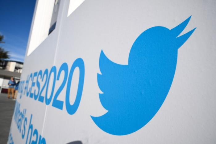 Логотип «Твиттера» выставлен перед выставкой потребительской электроники 2020 (CES) в конференц-центре Лас-Вегаса в Лас-Вегасе, штат Невада, 5 января 2020 года