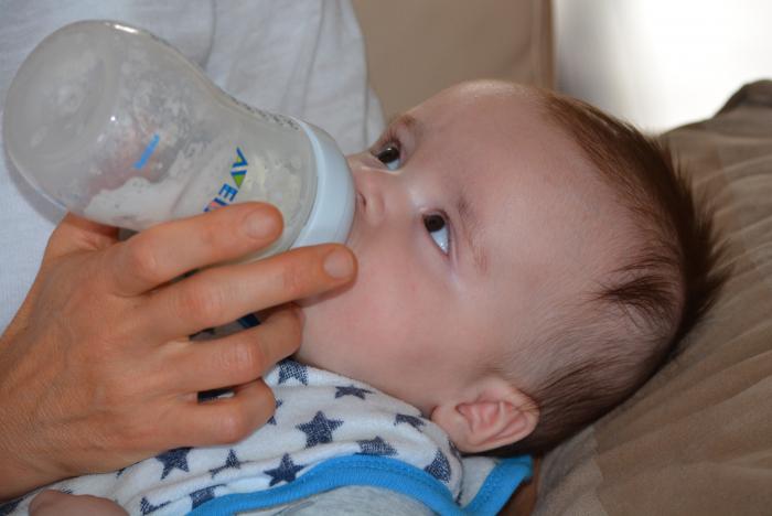 (Видео) Младенец отказался от бутылочки со смесью в руках папы. И папа быстренько превратился в маму!