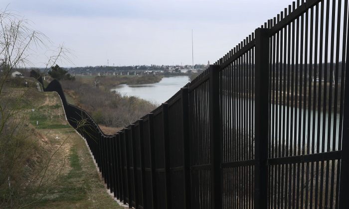 Пограничная ограда между Мексикой и США в Игл-Пасс возле реки Рио-Гранде, штат Техас, 9 февраля 2019 года.