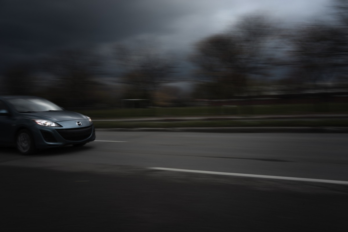 (Видео) Водитель едва не сбил кого-то на трассе. Просмотрев запись с видеорегистратора, он получил больше вопросов, чем ответов