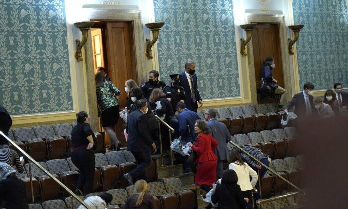 Члены Конгресса покидают зал Палаты представителей в Вашингтоне, 6 января 2021 года