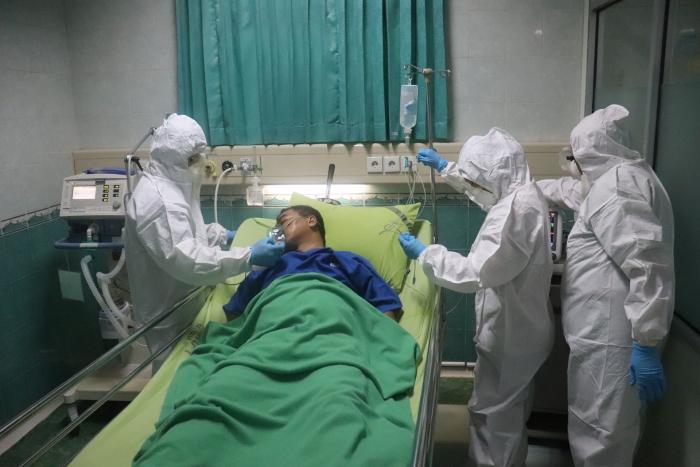 (Фото)Студенты-санитары всю ночь помогали больной COVID-19 и уснули на полу возле её кровати