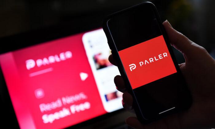 Логотип приложения для социальных сетей Parler отображается на смартфоне