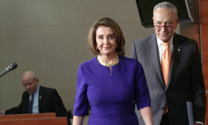 Спикер Палаты представителей Нэнси Пелоси и лидер демократов в Сенате Чак Шумер идут на брифинг в Вашингтоне, 22 мая 2019 года