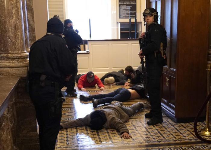 Полиция Капитолия США задержала людей, которые вторглись в здание Капитолия США в Вашингтоне, 6 января 2021 года