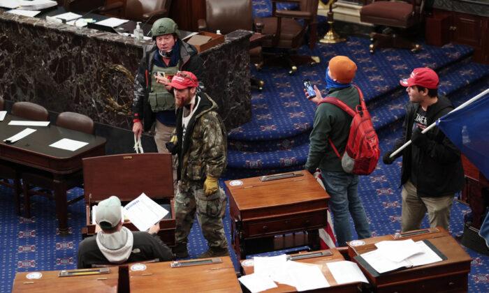 Группа протестующих входит в палату Сената в Вашингтоне, 6 января 2021 года