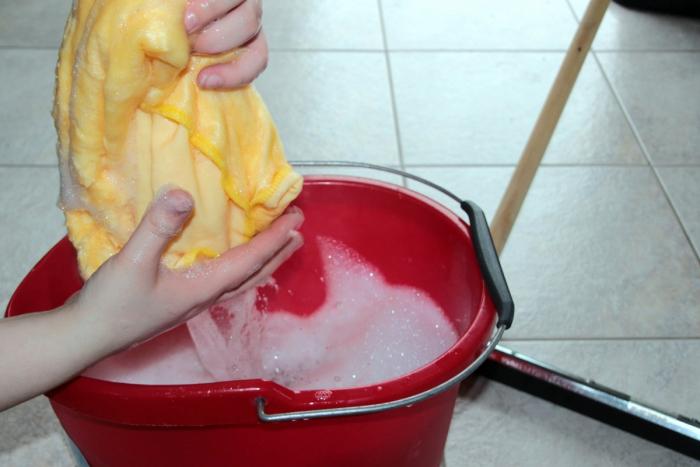 (Фото) 3-летний малыш самостоятельно моет полы в продуктовом магазине. Так он помогает своей маме