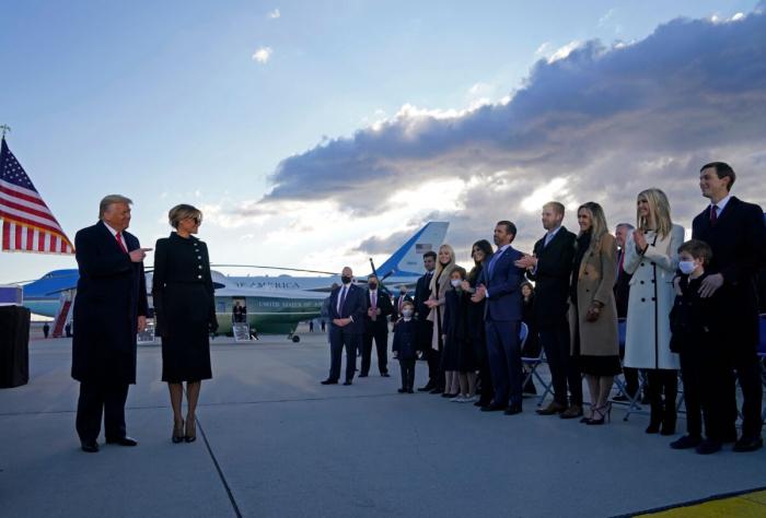 Президента США Дональда Трампа и Первую леди Меланию Трамп приветствуют Иванка Трамп, её муж Джаред Кушнер, их дети, Эрик и Дональд-младший, Тиффани Трамп и другие члены семьи Трампа на объединённой базе Эндрюс в Мэриленде, 20 января 2021 года