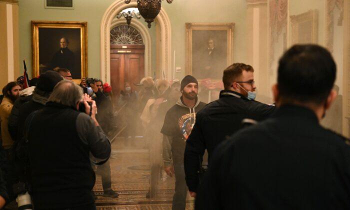 Группа протестующих входит в Капитолий США в Вашингтоне, 6 января 2021 года