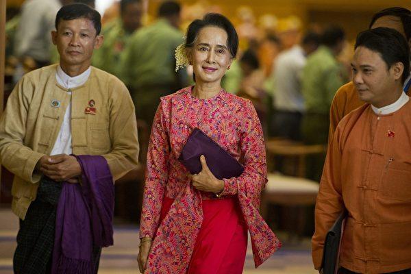 Лидер Национальной лиги за демократию (НЛД) Мьянмы Аун Сан Су Чжи уходит после заседания новой нижней палаты парламента в Нейпьидо, Мьянма, 1 февраля 2016 года