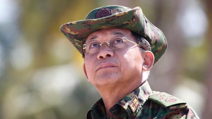 Главнокомандующий Вооруженными силами Мьянмы Мин Аун Хлайн выступает в день совместных военных учений в районе дельты реки Иравади, февраль 2018 года