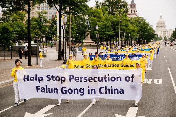 Практикующие Фалуньгун принимают участие в марше, призывая к прекращению преследования Фалуньгун в Китае, в Вашингтоне