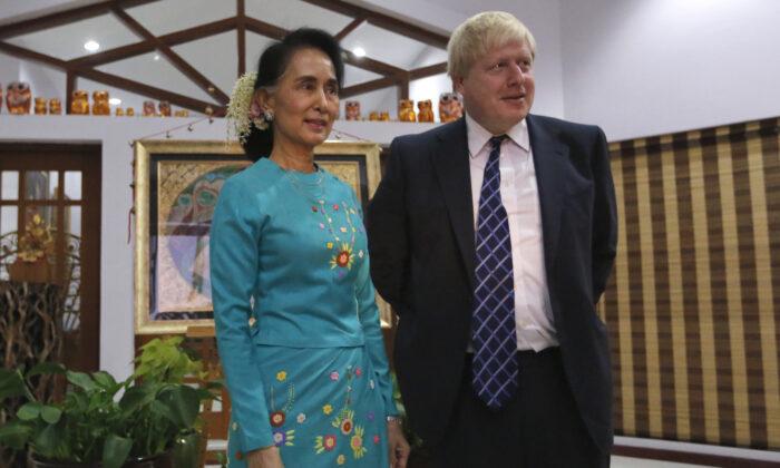 Государственный советник Мьянмы и министр иностранных дел Аун Сан Су Чжи приветствует министра иностранных дел Великобритании Бориса Джонсона в Нейпьидо, 20 января 2017 года