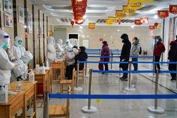 (Видео) Эпидемия COVID-19 в китайском Харбине: жилые комплексы закрывают, горожан автобусами увозят на изоляцию