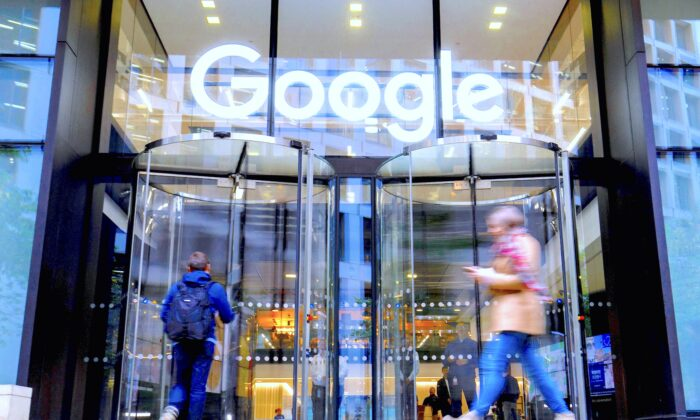 Люди проходят мимо штаб-квартиры «Гугл» в Лондоне, Великобритания, 1 ноября 2018 года